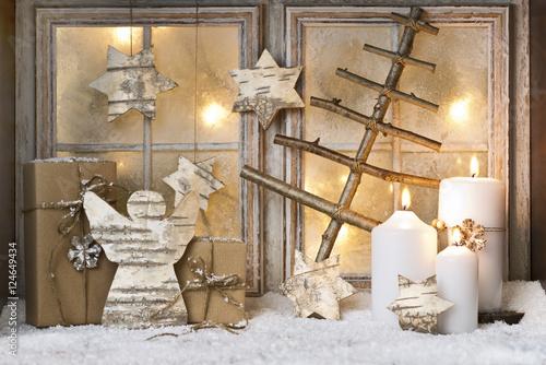 Weihnachtsdeko vor fenster mit kerzen stockfotos und - Weihnachtskugeln fenster ...