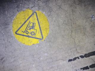 Warnzeichen Gabelstaplerverkehr auf Industrieboden