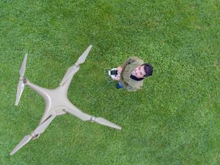 Mann fliegt Drohne mit Fernsteuerung