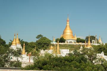 Près de Mandalay, bel ensemble de stupas dans une pagode