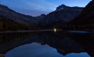 In de dag Diepbruine Lac de montagne à l'aube