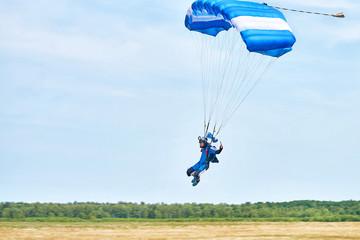 Парашютист приземляется на высокой скорости на парашюте