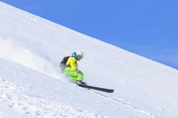rasant unterwegs im Gelände auf Telemark-Skiern