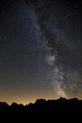 Meravigliosa Via Lattea con stella cadente sulle montagne delle Dolomiti