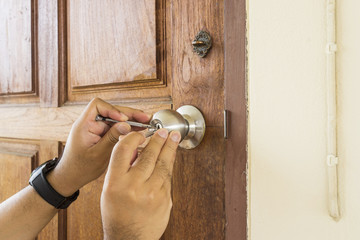 locksmith use screwdrivers open the door