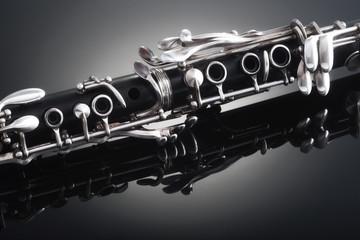 Corpo di un clarinetto si bemolle isolato su sfondo scuro