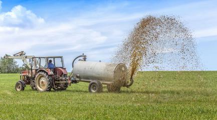 Traktor mit Güllewagen