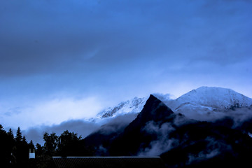горная вершина в туманен