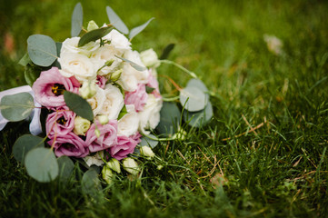 wedding bouquet with pink and white flowers lying on the grass Fototapete