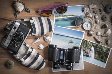 Urlaubserinnerungen / Urlaubserinnerungen, verschiedene Objekte zum Thema Urlaub, Reisen in der Draufsicht fotografiert.