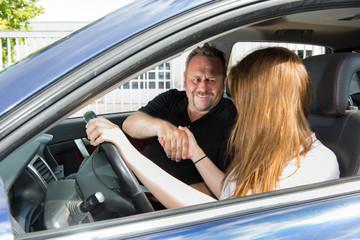 Fahrlehrer gratuliert Fahrschülerin