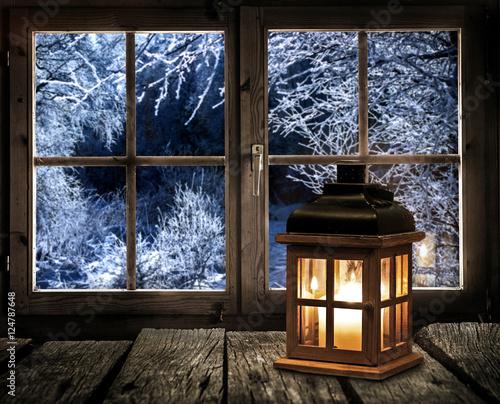 laterne auf einem holztisch am fenster mit blick auf einen winterwald stockfotos und. Black Bedroom Furniture Sets. Home Design Ideas