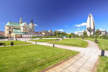 Rzeszow / Skwer miejski z widokiem na bazylikę