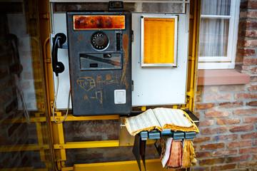 Alte Telefonzelle mit Telefonbuch