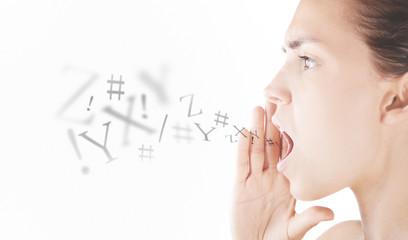 Donna urla o parla con lettere su sfondo bianco