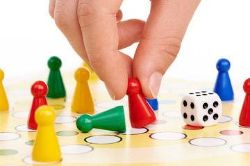 Mensch ärgere Dich nicht, Brettspiel mit Hand