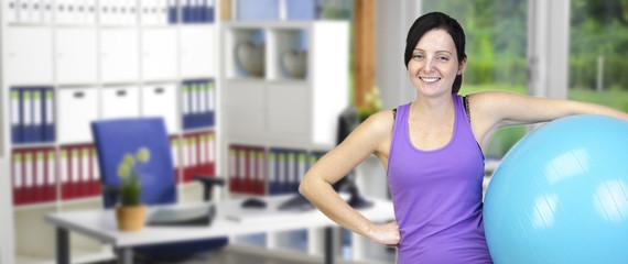 Banner Junge sportliche Frau im Büro