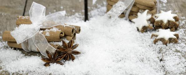 Banner Zimtstangen im Schnee und Zimtsterne