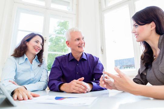 Senior Mann und Frau bei Beratung zur Altersvorsorge mit Beraterin oder Steuerberaterin