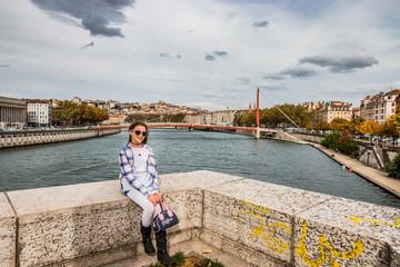 Fillette sur le pont Bonaparte à Lyon