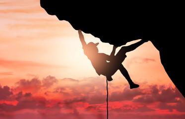 silhouette di un scalatore al tramonto