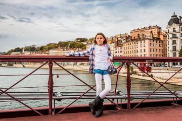 Fillette sur la Passerelle Saint-Vincent au dessus de la Saône à Lyon