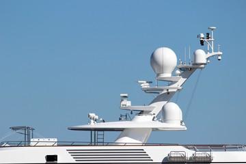 ' Château ' avec radars et antennes sur un yacht