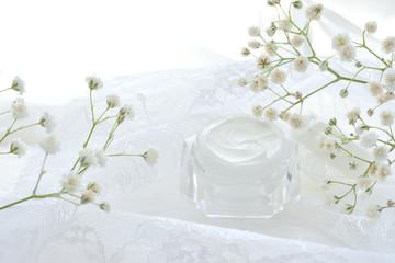 クリームと白色の花