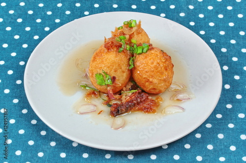 Foto: Fried hard-boiled eggs with tamarind sauce call as Khai Luk Keoi ...