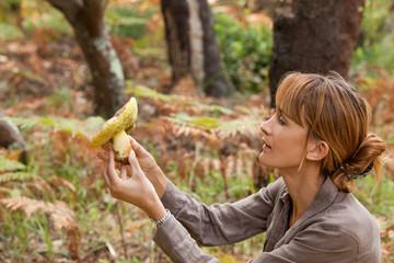 femme avec un champignon dans la forêt