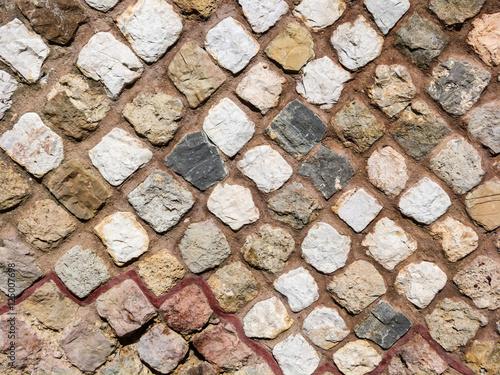 Piastrelle e tessere colorate di un mosaico antico toscana italia