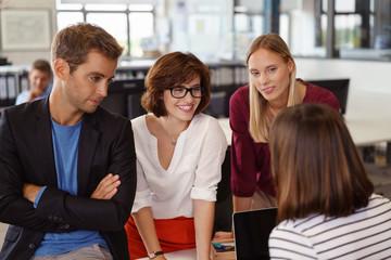 kreatives junges team in einer besprechung im büro