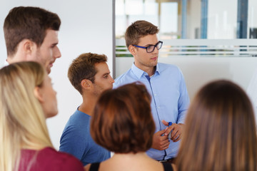 team im besprechungsraum schaut mit ernsten gesichtern auf ein flipchart