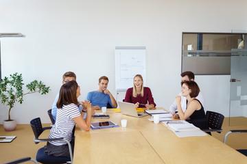 kollegen lachen in einem meeting im besprechungsraum