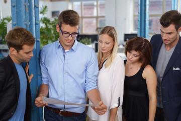 junge geschäftsleute schauen auf ein dokument