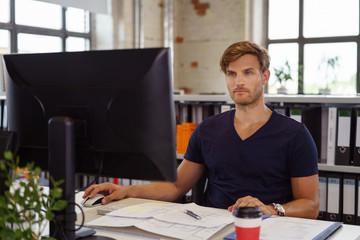 bauingenieur arbeitet im büro am computer