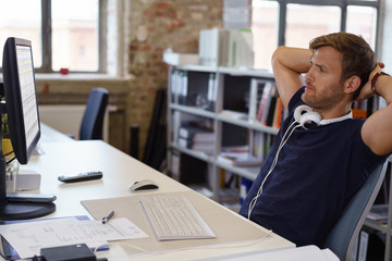 mitarbeiter im büro schaut mit ernstem gesicht auf den computer