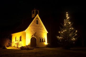 Weihnachtliche Kapelle mit Christbaum