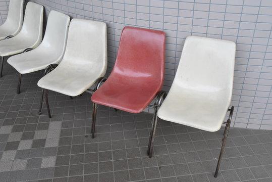 赤と白のベンチ