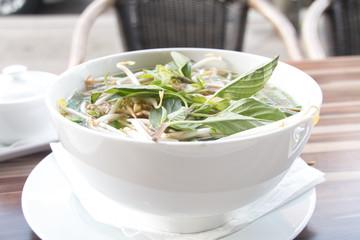 テラス席で食べる野菜たっぷりチキンフォー。タイ・ベトナム・エスニック・アジアン料理レストラン