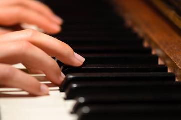 Klavier spielen Hände Nahaufnahme