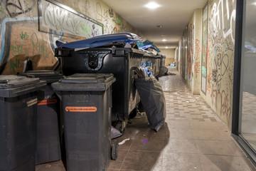 Müllcontainer und schlafende Obdachlose in Lübeck in Deutschland