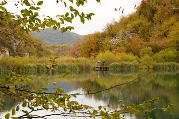 エメラルドグリーンの湖と黄色く染まるプリトヴィッツェ国立公園の木々 湖の色と木々の紅葉に圧倒された。