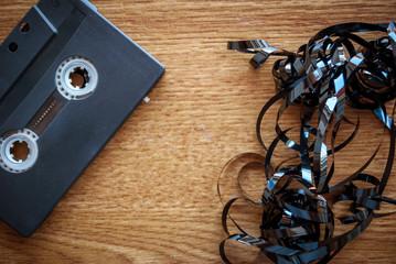Cassetta musicale su sfondo di legno vintage