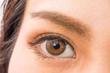 カラコンの女性の片目 woman of colored contact lenses