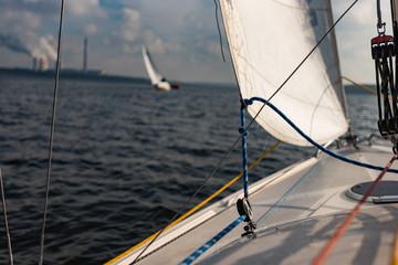 pokład jachtu żeglarstwo regaty rejs