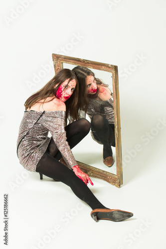 zombie bloody girl with mirror photo libre de droits sur