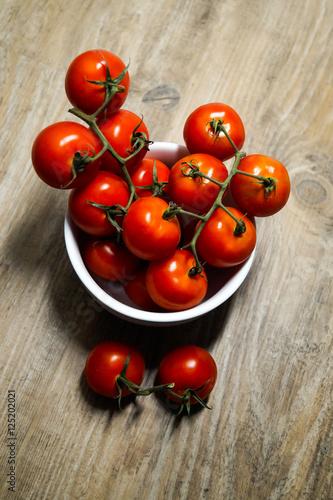 rote tomaten auf holz hintergrund stockfotos und lizenzfreie bilder auf bild. Black Bedroom Furniture Sets. Home Design Ideas