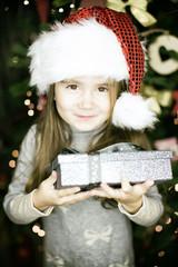 freudiges Mädchen zu weihnachten