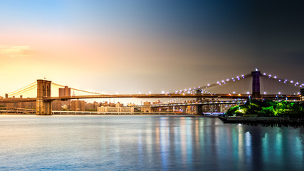 Fotomurales - Composite image with Brooklyn Bridge transitioning from sunset to night on Pier2 park in New York City